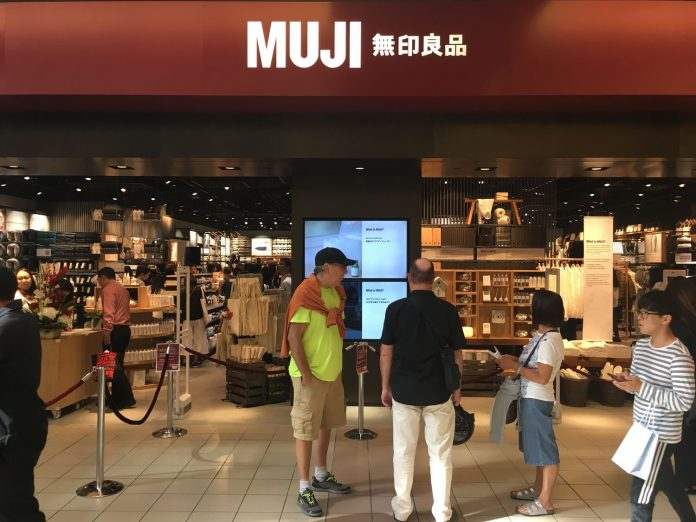 muji opens first vancouver area location at metrotown urbanyvr. Black Bedroom Furniture Sets. Home Design Ideas