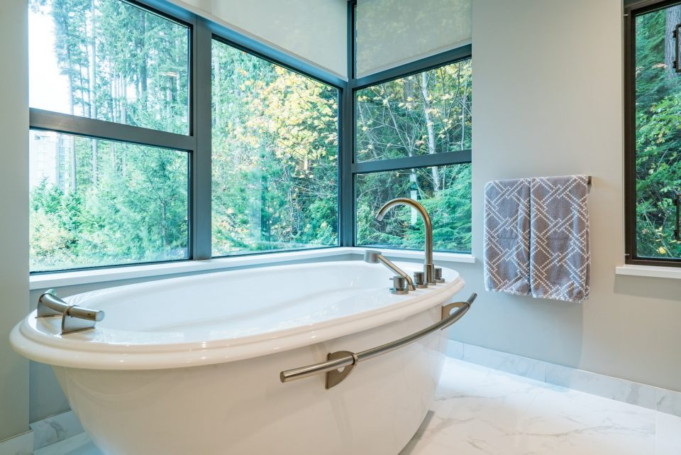 503 3315 CYPRESS PLACE West Vancouver tub